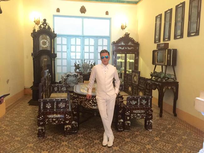 Mới đây, trong chuyến du lịch của mình, Đàm Vĩnh Hưng đã ghé thăm nhà 'Công tử Bạc Liêu'. Anh đã rất hào hứng khi nghe những truyền kì về vị 'Hắc công tử' tiêu tiền như nước này.
