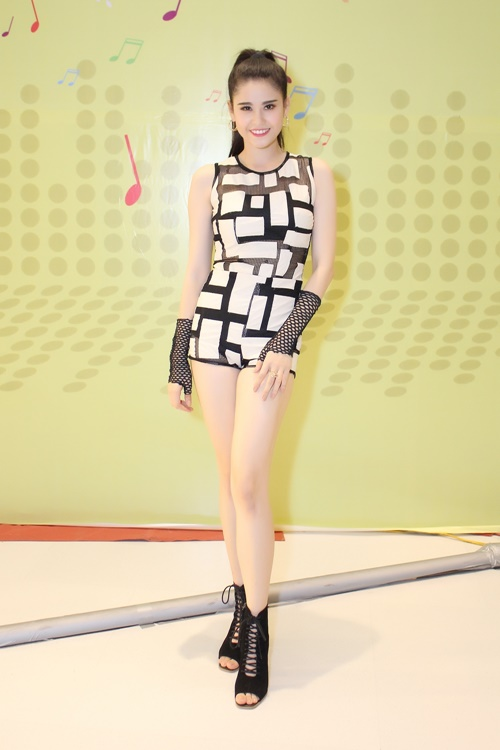 truong quynh anh khoe chan thon dai tai event - 2