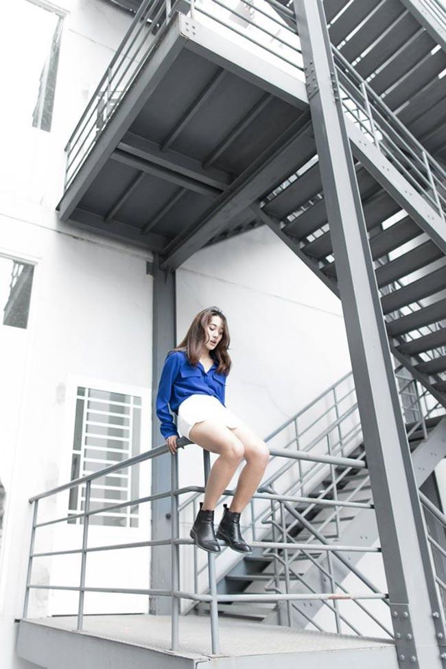 Sooc trắng cạp cao với sơ mi màu xanh, nhấn nhá ấn tượng bằng đôi boots cao cổ cho cá tính hè thêm mới lạ.