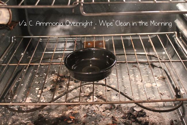 Đặt một bát đầy amoniac vào lò nướng đã nguội. Để lại qua đêm và lau sạch vào ngày hôm sau. Thật dễ dàng!