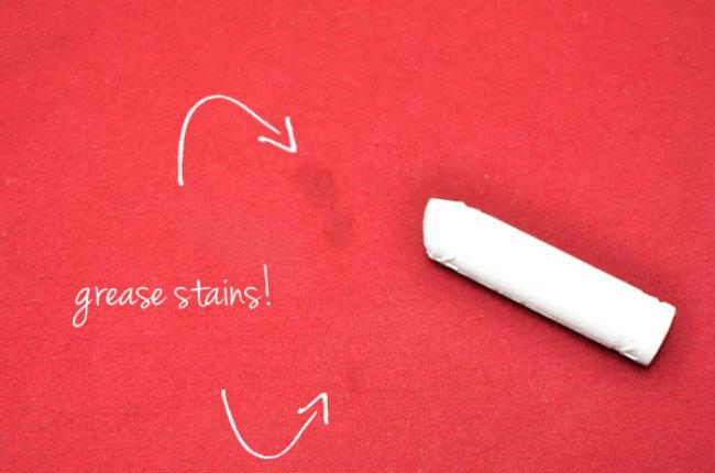 Tẩy vết dầu mỡ  Tường sạch bị dính vết dầu mỡ? Bạn hãy che vết bẩn bằng phấn trắng, chờ đợi một vài phút và sau đó lau phấn đi với một miếng vải ẩm. Cách này cũng hiệu quả đối với quần áo vải.