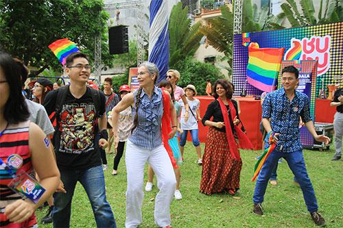 hang tram ban tre nhay flashmob ung ho nguoi dong tinh - 4