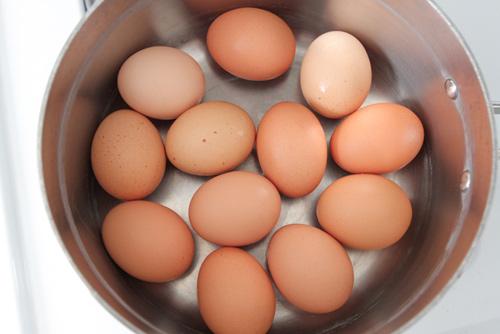 Làm thế nào để bóc trứng luộc dễ dàng?-1