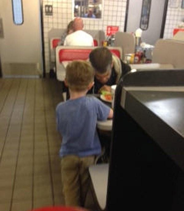 Cảm động bé trai xin tiền mẹ mua bữa ăn cho người vô gia cư-1