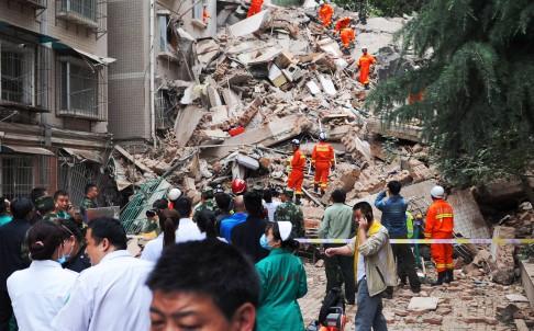 TQ: Nhà 9 tầng bất ngờ đổ sập, 21 người mất tích - 1