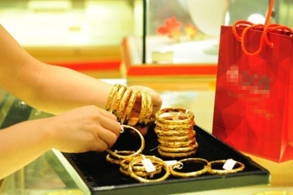 Giá vàng bất ngờ giảm sâu, USD tăng nhẹ-1