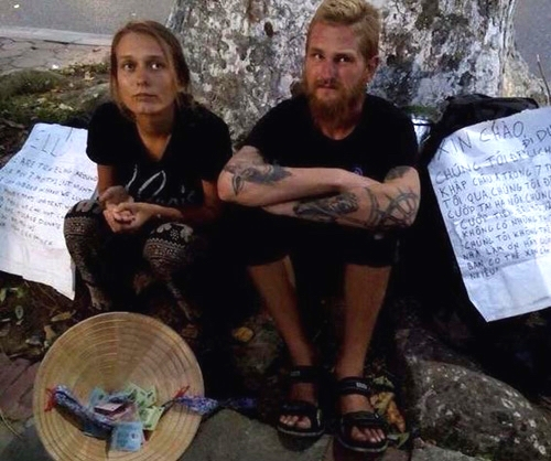 """Hai khách tây """"bị cướp"""" tái xuất xin tiền ở Hồ Gươm - 1"""