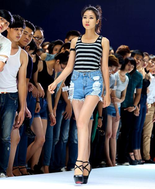 Thanh Hằng quỳ gối thay giày cho thí sinh-10