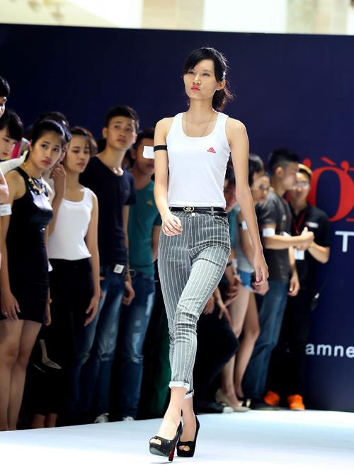 Thanh Hằng quỳ gối thay giày cho thí sinh-12