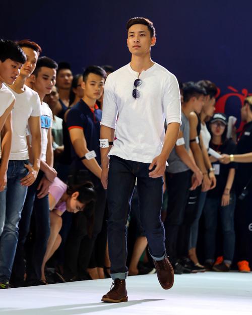 Thanh Hằng quỳ gối thay giày cho thí sinh-16