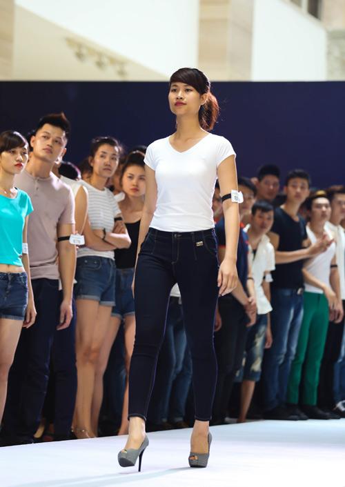 Thanh Hằng quỳ gối thay giày cho thí sinh-17
