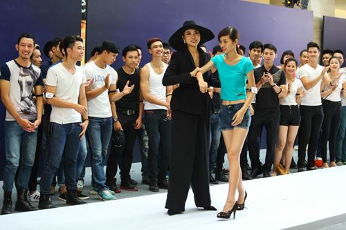 Thanh Hằng quỳ gối thay giày cho thí sinh-2