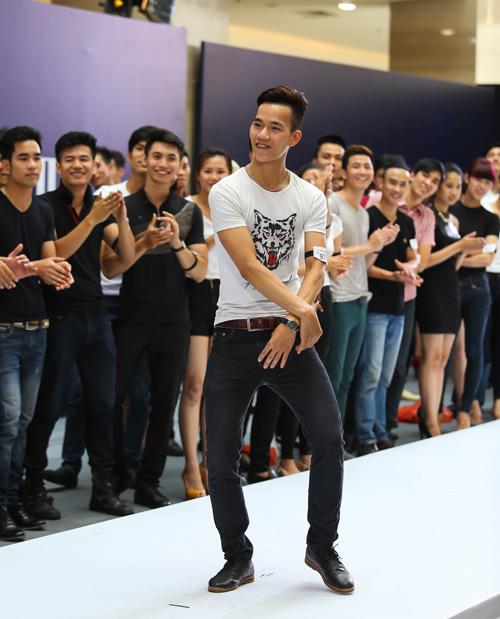 Thanh Hằng quỳ gối thay giày cho thí sinh-18