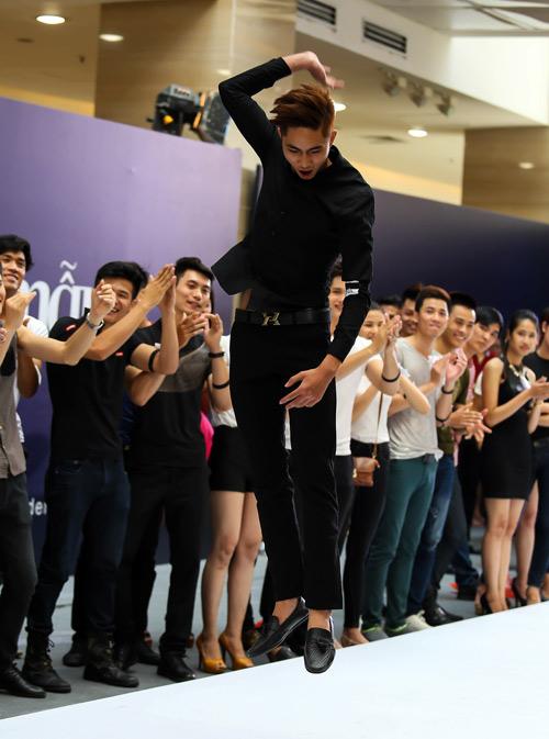 Thanh Hằng quỳ gối thay giày cho thí sinh-19