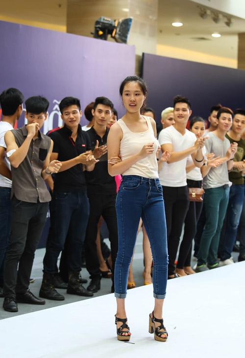 Thanh Hằng quỳ gối thay giày cho thí sinh-20