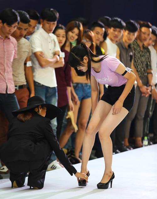Thanh Hằng quỳ gối thay giày cho thí sinh-3