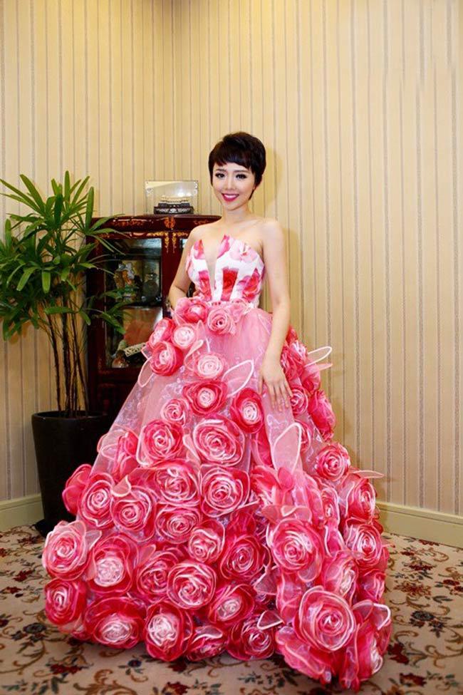 Sao Việt  & quot;toát mồ hôi & quot; vì váy khổng lồ
