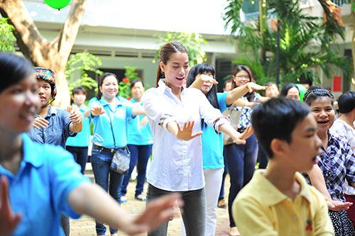 Trương Ngọc Ánh giản dị đi thăm trẻ mồ côi-3
