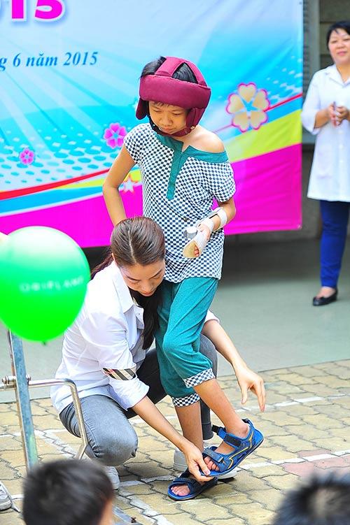 Trương Ngọc Ánh giản dị đi thăm trẻ mồ côi-7