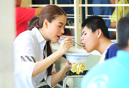 Trương Ngọc Ánh giản dị đi thăm trẻ mồ côi-9