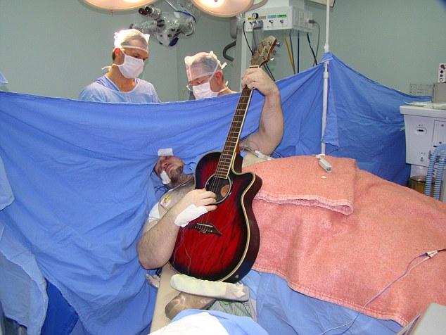 Kỳ lạ bệnh nhân chơi đàn trong khi mổ não-1
