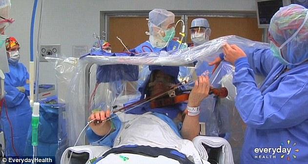 Kỳ lạ bệnh nhân chơi đàn trong khi mổ não-3