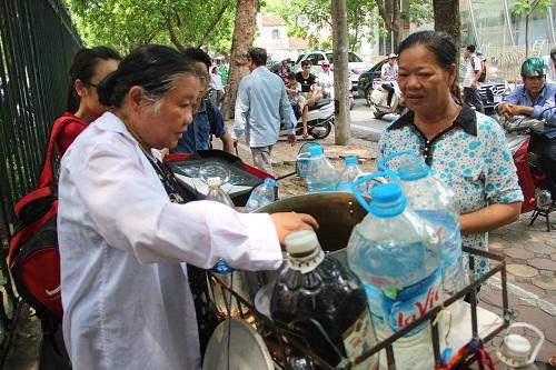 Người phát nước miễn phí cho bệnh nhân ung thư giữa trưa hè-2
