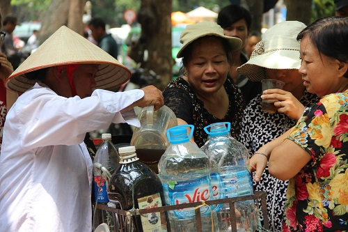 Người phát nước miễn phí cho bệnh nhân ung thư giữa trưa hè-5