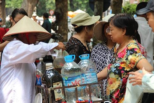 Người phát nước miễn phí cho bệnh nhân ung thư giữa trưa hè-6