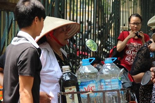 Người phát nước miễn phí cho bệnh nhân ung thư giữa trưa hè-7