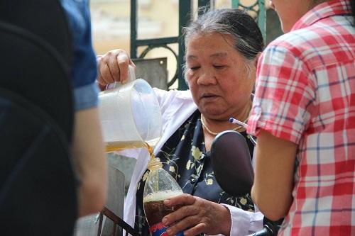 Người phát nước miễn phí cho bệnh nhân ung thư giữa trưa hè-8
