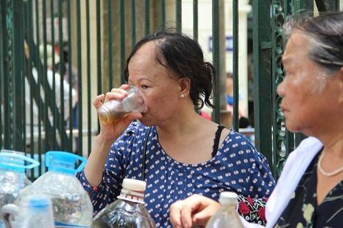 Người phát nước miễn phí cho bệnh nhân ung thư giữa trưa hè-4
