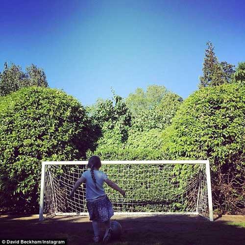 Beckham chia sẻ hình ảnh công chúa Harper đá bóng-1