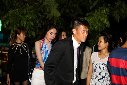 cong vinh nam chat tay vo di xem champions league - 3