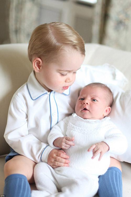Ngắm Hoàng tử bé bế Tiểu công chúa siêu đáng yêu-1