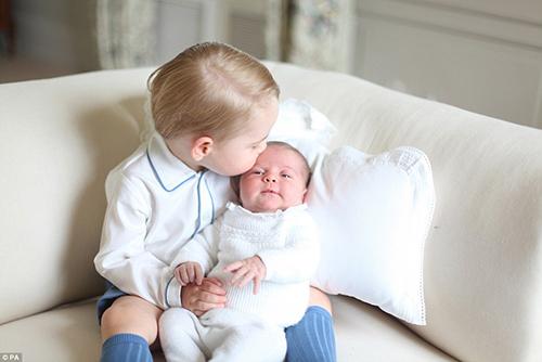Ngắm Hoàng tử bé bế Tiểu công chúa siêu đáng yêu-2
