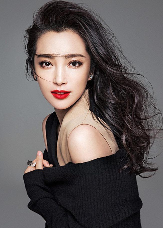 Vẫn mái tóc dài tha thướt, nhưng mỗi lần xuất hiện, là một lần Lý Băng Băng khiến khán giả phải thán phục về độ trẻ trung và nhan sắc nổi bật.