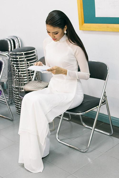 hoa khoi lan khue dien ao dai trang muot lam mc - 6