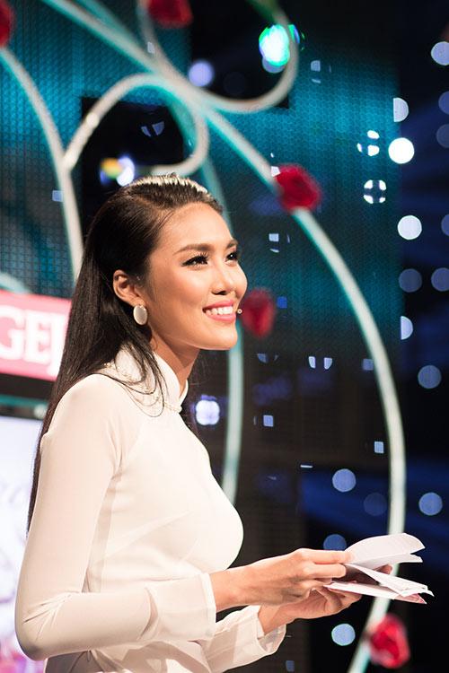 hoa khoi lan khue dien ao dai trang muot lam mc - 2