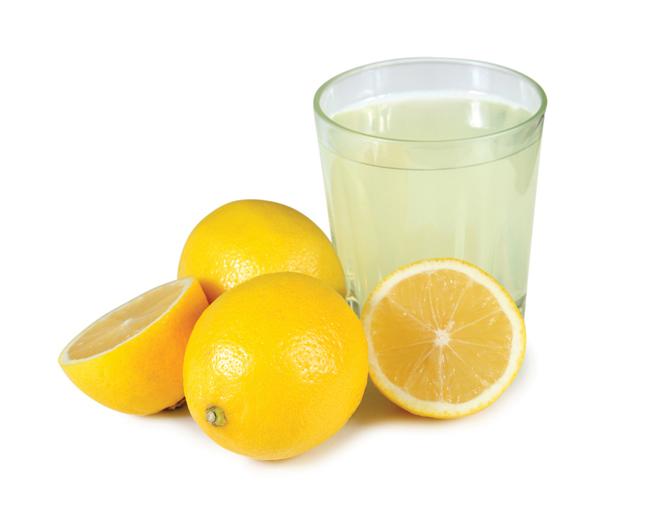 Nước chanh không thể thay thế cho việc bạn phảiđi gặp nha sĩ. Và các axit có trong trái cây cũng không phải quá tốt cho những chiếc răng của bạn. Tuy vậy, khi bị đau răng, các axit citric có trong chanh có thể làm giảm bớt các cơn đau cho đến khi bạn hẹn được nha sĩ. Áp trực tiếp một miếng chanh lên vùng bị đau hoặc ngậm chút nước chanh muối đều có thể giúp bạn xoa dịu tình hình.