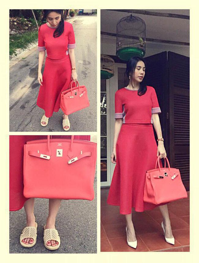 Thủy Tiên khiến người hâm mộ không khỏi bật cười khi mặc váy đỏ thời thượng, túi xách hàng hiệu nhưng lại đi... dép tổ ong.