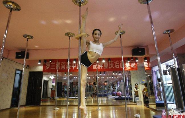 Một cô gái đến từ Trùng Khánh (Trung Quốc) gây 'sốt' cộng đồng mạng khi tung những bức ảnh múa cột lên trang cá nhân.