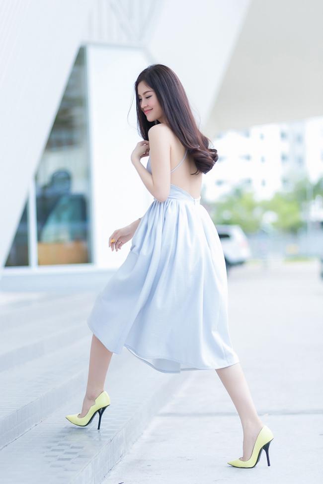 Á hậu Diễm Trang khoe lưng ong mềm mại với đầm dây màu pastel thanh khiết.