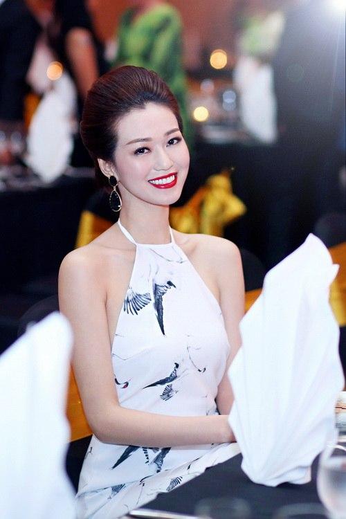 """khanh my khoe duong cong """"kho cuong"""" ben chi gai - 11"""