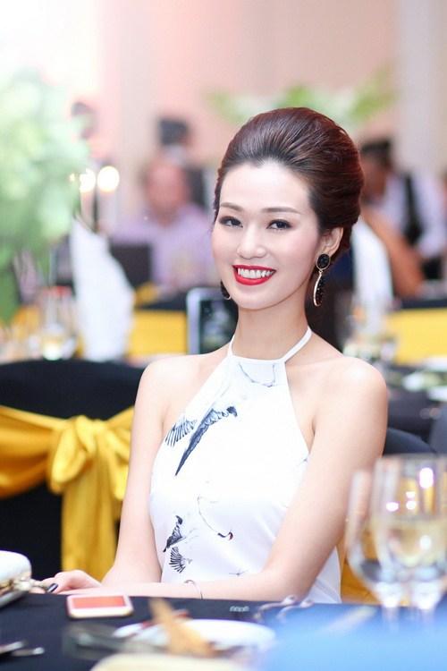 """khanh my khoe duong cong """"kho cuong"""" ben chi gai - 13"""