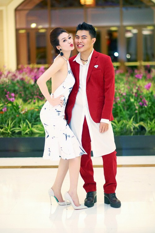 """khanh my khoe duong cong """"kho cuong"""" ben chi gai - 15"""