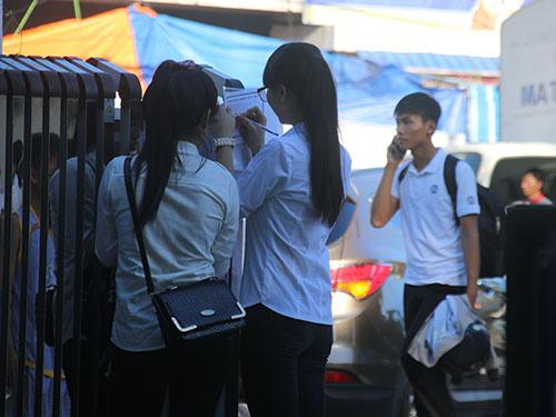 da nang: 'thieu gia' di dang ky thi bang 'xe hop' vi nang nong - 6