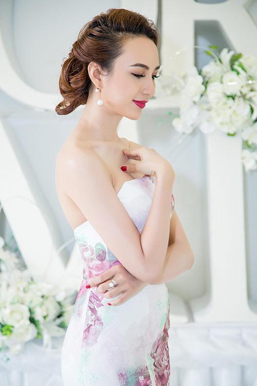 Hoa hậu Ngọc Diễm eo thon, lưng ong hút mắt người đối diện-3