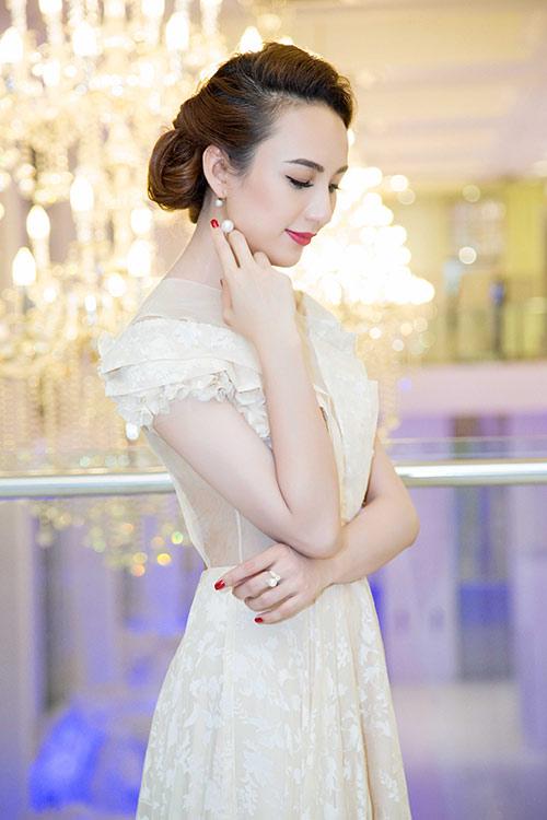 Hoa hậu Ngọc Diễm eo thon, lưng ong hút mắt người đối diện-5