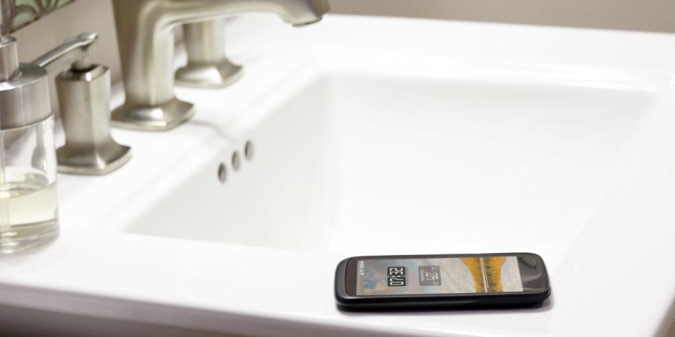 Nhiễm vi khuẩn vì dùng điện thoại trong nhà vệ sinh-1